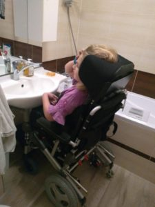 skládací elektrický vozík flexithrone v koupelně